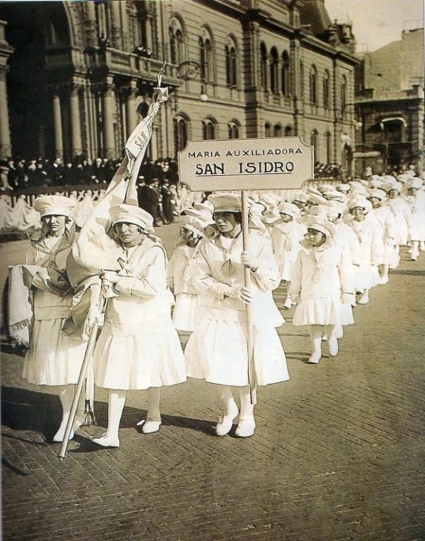 Desfile. Niñas del Colegio Maria Auxiliadora de San Isidro, en la conmemoracion de la obra de Don Bosco. Octubre 1924.